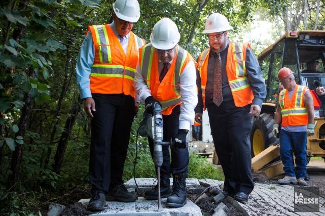Le maire Denis Coderre a détruit unedalle de... (PHOTO SIMON GIROUX, LA PRESSE)