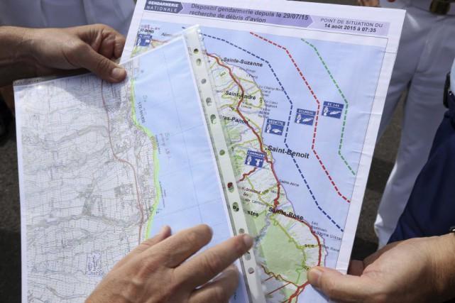 Des gendarmes français regardent une carte indiquant les... (PHOTO RICHARD BOUHET, AFP)