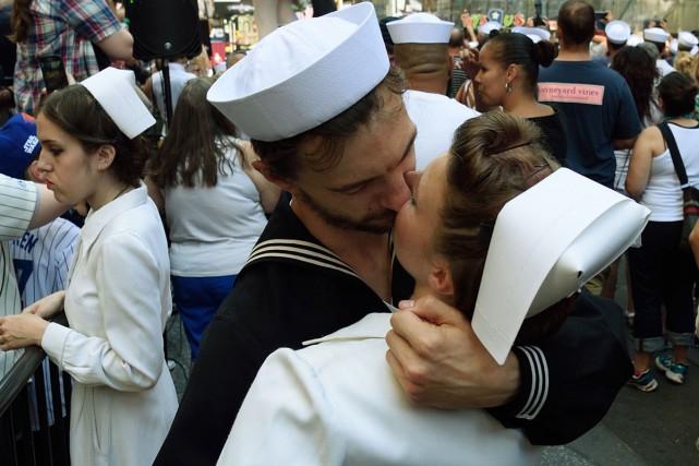 Des centaines de couples ont recréé vendredi à New York le célèbre baiser de... (PHOTO AFP)