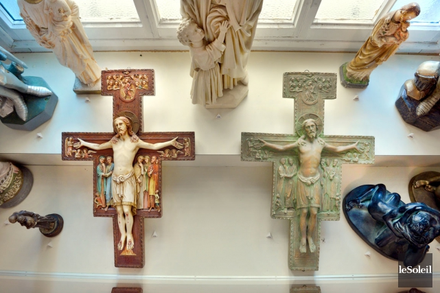 Deux exemplaires de la Croix de Saint-Damien (vers... (Le Soleil, Jean-Marie Villeneuve)