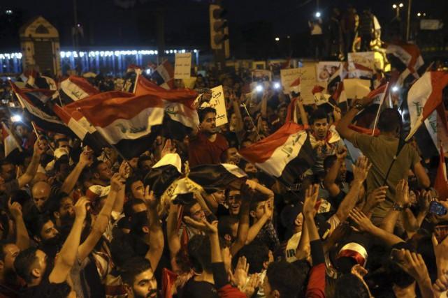 Les manifestants ont chanté des slogans en faveur... (Khalid Mohammed)