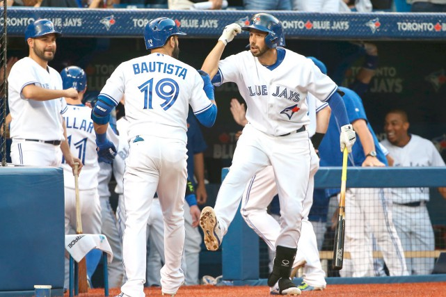 Chris Colabello (à droite), un voltigeur de 6'4''... (Photo La Presse Canadienne, Fred Thornhill)