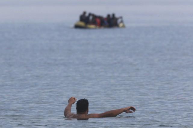 Piégés dans cet espace confiné, les migrants courent... (Photo Yannis Behrakis, Reuters)