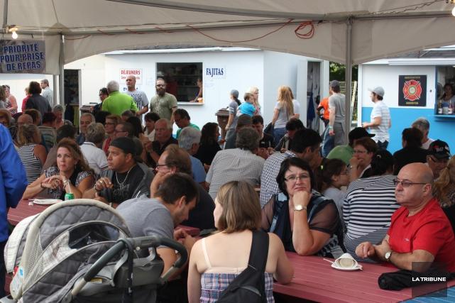 Les festivaliers ont pris d'assaut le site duFestival des Gourmands vendredi... (La Tribune, Yvan Provencher)