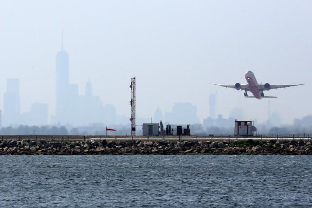 Un avion décole de JFK. Des retards ont... (ARCHIVES AFP)