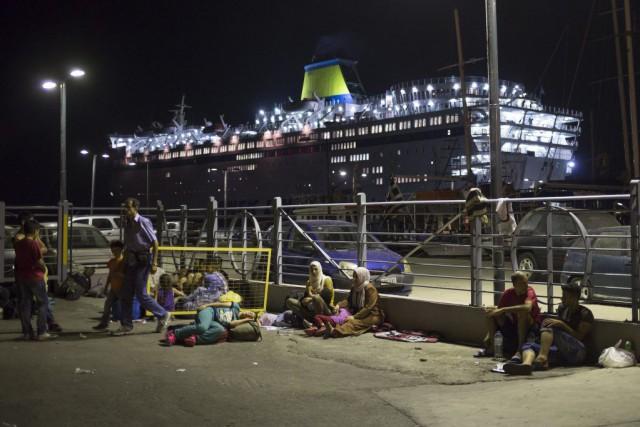 Des réfugiés attendent à Kos pourse faire enregistrer... (PHOTO ALEXANDER ZEMLIANICHENKO, AP)