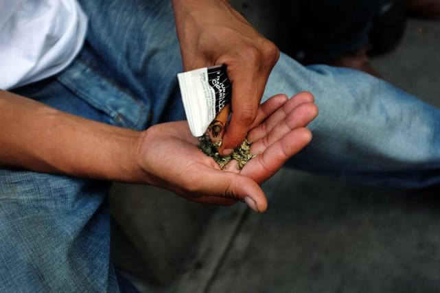Un homme se prépare à fumer ducannabis synthétique... (PHOTO SPENCER PLATT, ARCHIVES AFP/GETTY IMAGES)