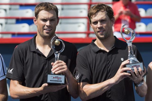 Bob et Mike Bryan ontsigné leur premier gain... (PHOTO PAUL CHIASSON, PC)