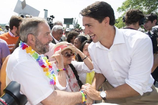 Thomas Mulcair et Justin Trudeau se sont serré... (PHOTO PC)