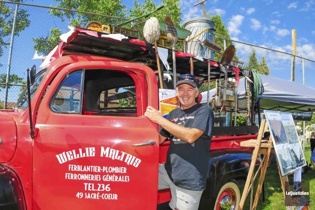 Le collectionneur Mario Maltais a reproduit la camionnette... (Photo Le Quotidien, Gimmy Desbiens)