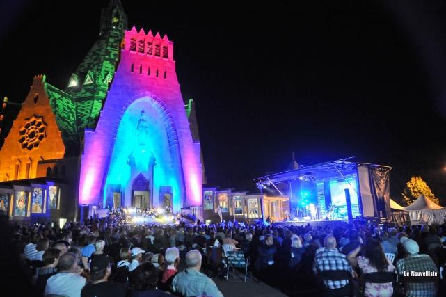 Des milliers de pèlerins sont venus célébrer sur... (Photo: Émilie O'Connor Le Nouvelliste)