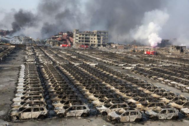 De nouvelles voitures entreposées dans un stationnement ont... (PHOTO NG HAN GUAN, AP)