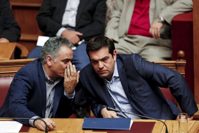 Le ministre de l'Énergie Panos Skourletis discutant avec... (PHOTO YIANNIS KOURTOGLOU, ARCHIVES REUTERS)
