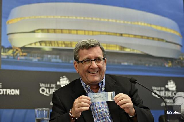 Le maire Régis Labeaume avec un laissez-passer pour... (Photo Le Soleil, Patrice Laroche)
