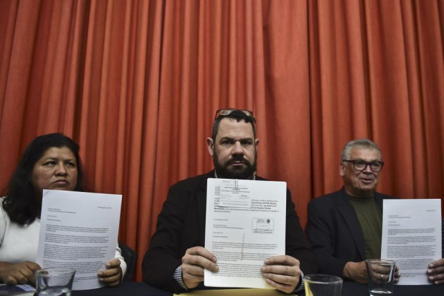 Les journalistes Norma Trujillo, Guillermo Osorio et Francisco... (PHOTO RONALDO SCHEMIDT, AFP)