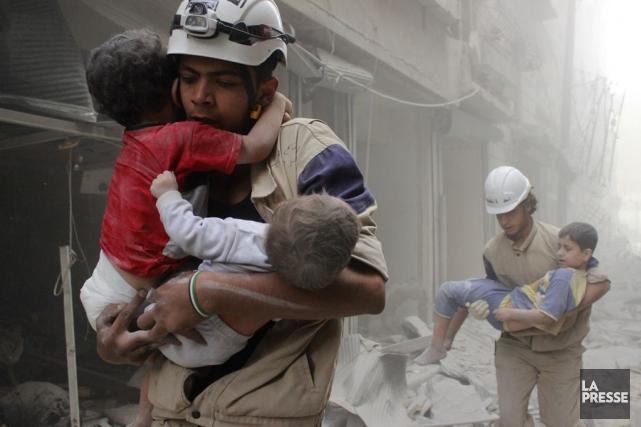 À Alep des membres de la défense civile... (Sultan Kitaz, archives Reuters)