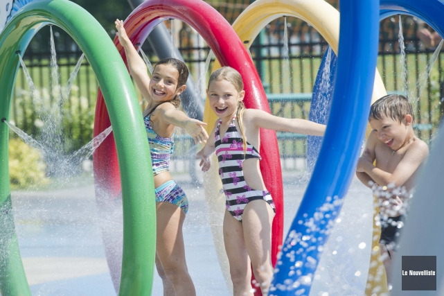 La chaleur fait le bonheur des enfants qui... (Photo: Andréanne Lemire Le Nouvelliste)