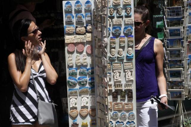 Les magasins de bibelots des ruelles du quartier... (Photo Spyros Tsakiris, AP)