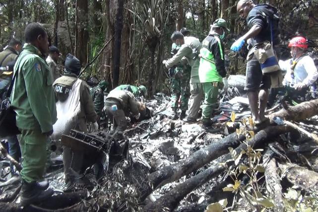 Des équipes de secours ont découvert mardi les... (PHOTO AFP)