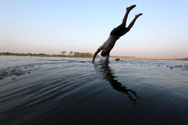 Un adolescent plonge dans le Nil pour se... (Photo Mohamed Abd El Ghany, Reuters)