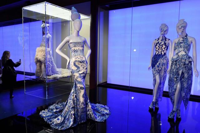 Présentant créations de haute couture, bijoux et oeuvres... (Photo AFP)