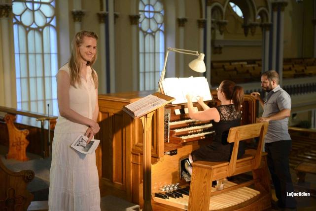 L'organiste Marie-Hélène Greffard et la chanteuse soprano Stephanie... (Photo Le Quotidien, Jeannot Lévesque)