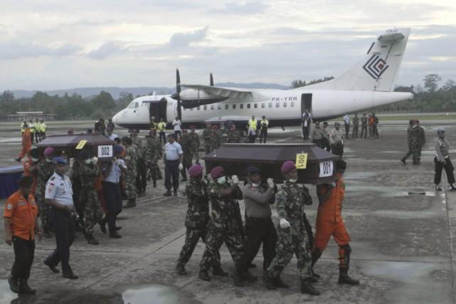Les restes de six victimes sont arrivés à... (PHOTO MUHAMMAD YAMIN, REUTERS)