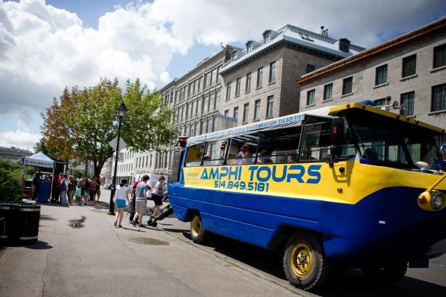 L'Amphibus offre une visite commentée du Vieux-Montréal, d'abord... (PHOTO MARCO CAMPANOZZI, LA PRESSE)