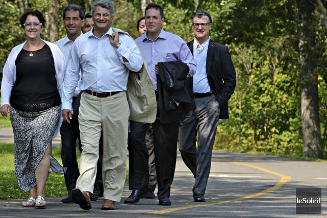 Accompagné des six autres candidats conservateurs de la... (Le Soleil, Patrice Laroche)