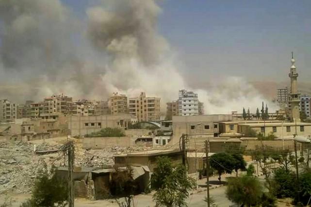 Les frappes ont fait une centaine de morts... (Photo AP/Douma Revolution)