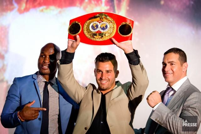 David Lemieux brandit sa ceinture dechampion du monde... (Photo Marco Campanozzi, La Presse)