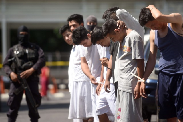 Des hommes suspectés d'appartenir au gagn 18 sont... (Photo Marvin RECINOS, AFP)