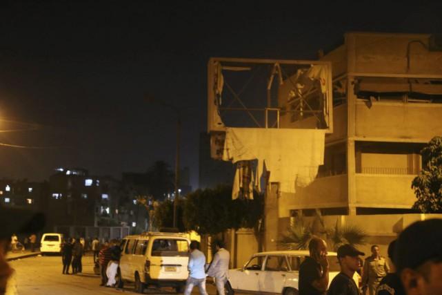 Au moins six policiers ont été blessés au Caire dans la nuit de mercredi à... (Photo AP)