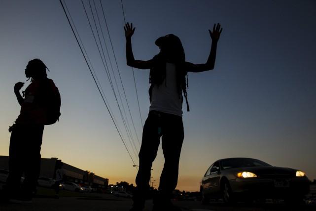 Des heurts ont éclaté mercredi soir à Saint Louis après la mort d'un jeune Noir... (PHOTO REUTERS)