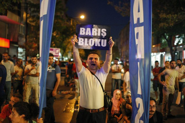 Des manifestants de la gauche.... (PHOTO CAGDAS ERDOGAN, AP)