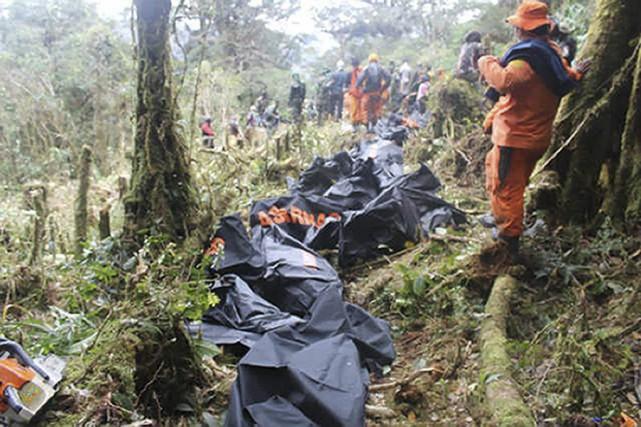 Les secours sur les lieux de l'écrasement.... (PHOTO AFP)