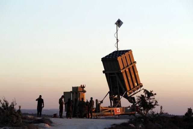 Des soldats israéliens patrouillent le long de la... (Photo Ammar Awad, archives Reuters)