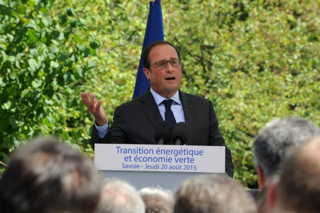 Cet appel de François Hollande intervient à quelques... (PHOTO JEAN-PIERRE CLATOT, AFP)