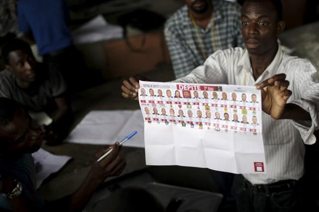 Dépouillage de bulletins le 9 août dernier.... (Photo Andres Martinez Casares, archives Reuters)