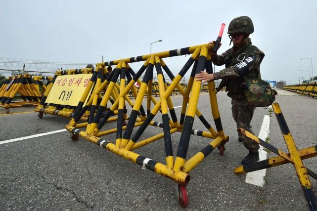 Un soldat sud-coréen installe une barricade à l'entrée... (Photo AFP)