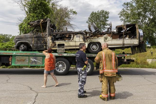 L'incendie du véhicule récréatif a donné l'occasion aux... (PHOTO ULYSSE LEMERISE, COLLABORATION SPÉCIALE)