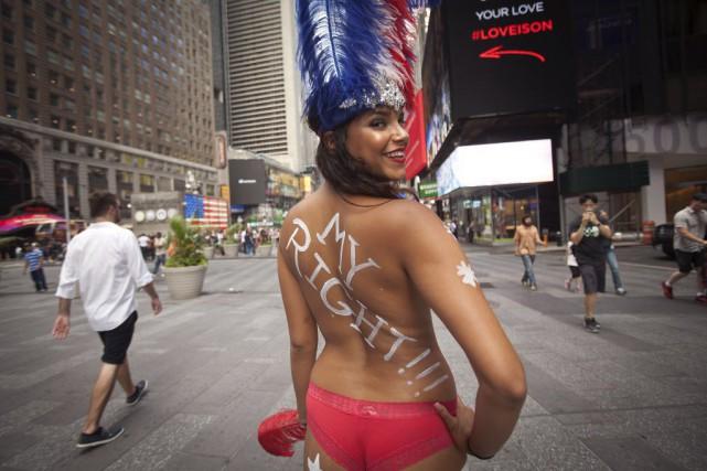 Elles sont nues, si ce n'est pour un string et de la peinture sur les seins et... (Photo Carlo Allegri, Reuters)