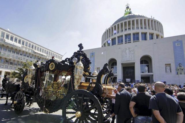 En plus des pétales de fleurs, les funérailles... (PHOTO REUTERS)