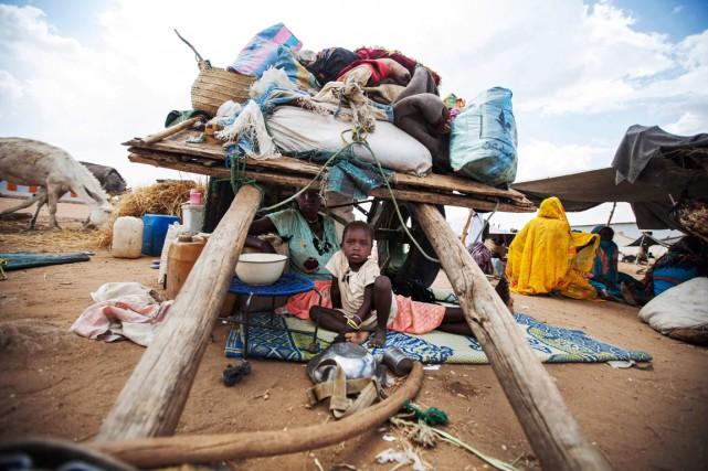 Cette famille déplacée s'est installée sous leur charrette... (PHOTO ARCHIVES AP/UNAMID)