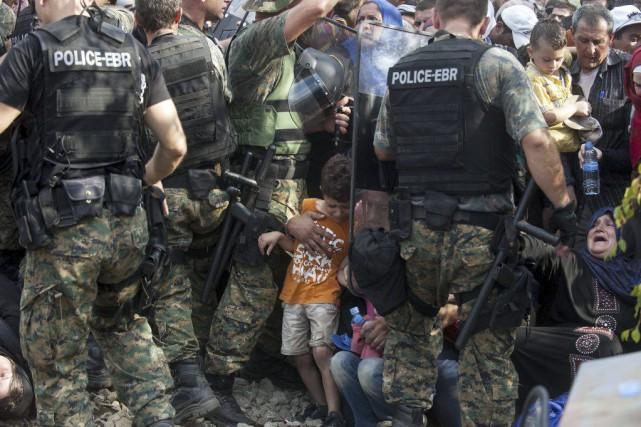 Dans une tentative de franchir la frontière macédonienne,... (PHOTO ROBERT ATANASOVSKI, AFP)