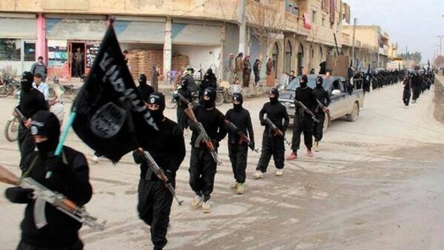 Des combattants du groupe armé État islamique.... (PHOTO ARCHIVES AP)