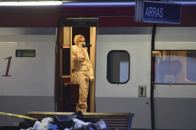 Des enquêteurs inspectent la scène de crime à... (PHILIPPE HUGUEN)
