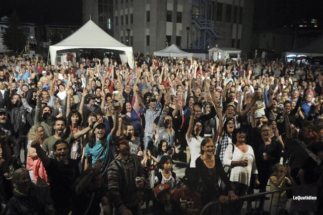 La foule était très nombreuse pour la soirée... (- Photo Le Quotidien, Rocket Lavoie)