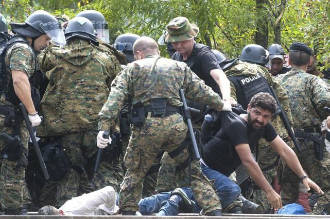 Les forces spéciales de la police macédonienne déployées... (PHOTO ROBERT ATANASOVSKI, AFP)