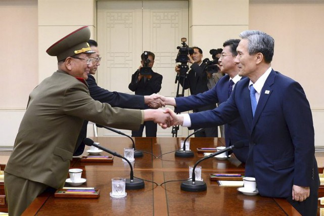 Quatre dirigeants ont pris place autour de la... (PHOTO REUTERS/YONHAP)